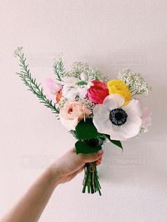 花束を持つ手の写真・画像素材[3160322]