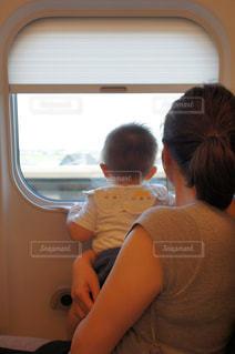 新幹線に乗る赤ちゃんの写真・画像素材[3169360]