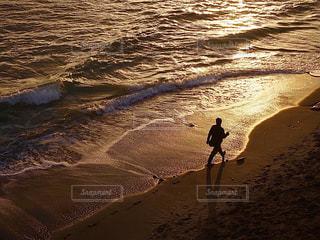 夕焼けの海岸で...の写真・画像素材[3154661]