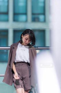 建物の前に立っている女性の写真・画像素材[3154089]