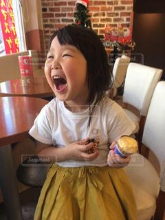アイスを食べる小さな女の子の写真・画像素材[3154381]