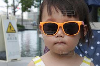 サングラスをかけた小さな女の子の写真・画像素材[3154483]