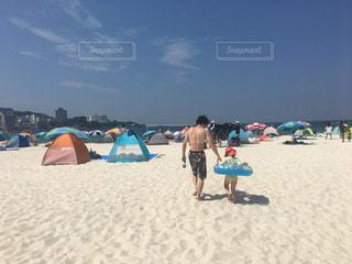 砂浜の上に立つ親子の写真・画像素材[3154602]