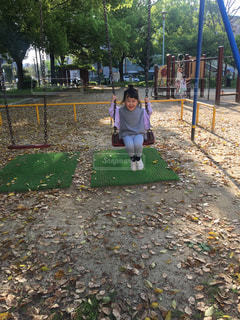 公園の小さな女の子の写真・画像素材[3154606]