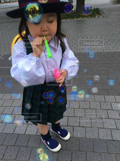 シャボン玉をしている少女の写真・画像素材[3154603]