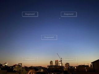 都市に沈む夕日の写真・画像素材[3214388]