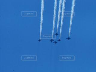 空中を飛んでいる飛行機の写真・画像素材[3256527]