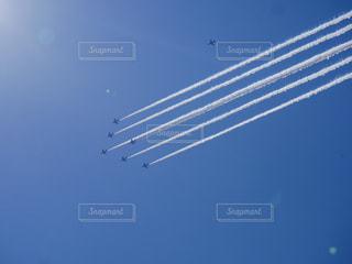 空中を飛んでいる飛行機の写真・画像素材[3256526]