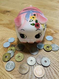 豚の貯金箱と小銭の写真・画像素材[3280937]