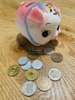 豚の貯金箱と小銭の写真・画像素材[3280939]