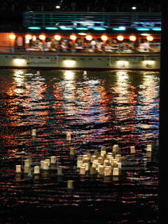 墨田川のとうろう流しの写真・画像素材[3880871]