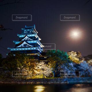 おぼろ月と広島城の写真・画像素材[3180155]