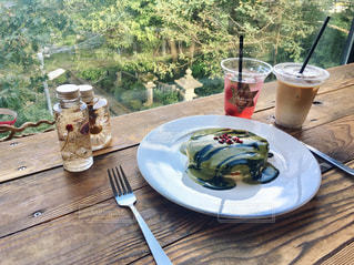 ピクニック用のテーブルの上に食べ物のプレートの写真・画像素材[1742183]