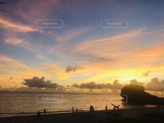 水の体に沈む夕日の写真・画像素材[3159537]