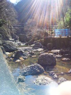 岩の隣の水の写真・画像素材[3175467]