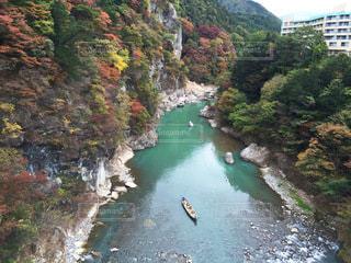 栃木県鬼怒川温泉の渓谷と紅葉、川下り、舟の写真・画像素材[3448996]