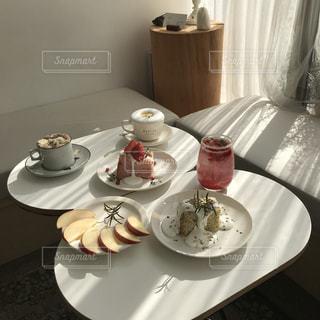 皿に食べ物の皿をトッピングしたテーブルの写真・画像素材[3166425]