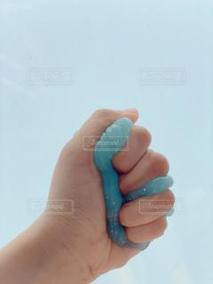 青い物を持つ手の写真・画像素材[3174114]