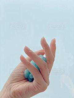 青い物を持つ手の写真・画像素材[3174115]