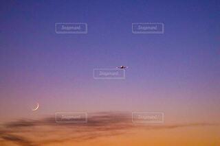 空を飛んでいる飛行機の写真・画像素材[3796129]