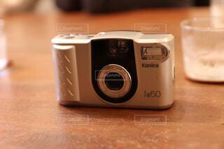 ターブルの上のフィルムカメラの写真・画像素材[4607837]