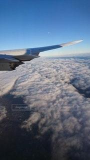 空中を飛んでいる飛行機の写真・画像素材[3346867]