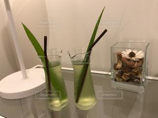 カウンターに座る花で満たされた花瓶の写真・画像素材[3170053]