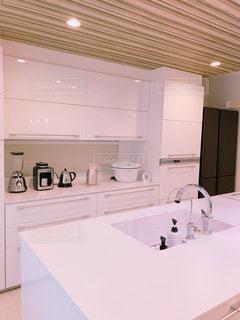 白いキャビネットと流しが付いた台所の写真・画像素材[3179573]