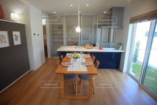 インテリア キッチンとダイニングテーブルの写真・画像素材[3344267]