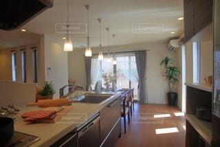 インテリア キッチンとダイニングテーブルの写真・画像素材[3344304]