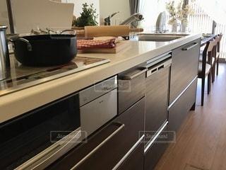 インテリア キッチンとダイニングテーブルの写真・画像素材[3344299]