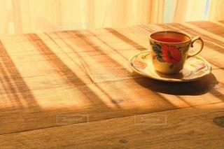 午後の窓辺 カーテン越しの日差しの写真・画像素材[3400809]