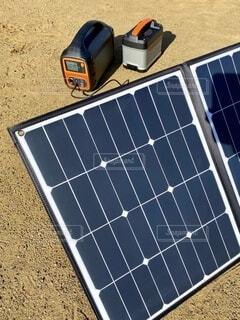 ソーラーパネルとポータブル電源の写真・画像素材[4194546]