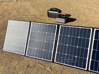 ソーラーパネルとポータブル電源の写真・画像素材[4194547]