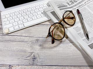 書斎のデスク メガネと英字新聞の写真・画像素材[4516663]