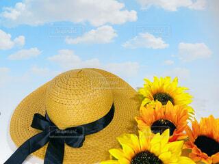 ヒマワリと麦わら帽子の夏の空の写真・画像素材[4543441]