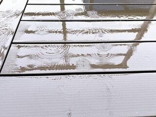 ウッドデッキに降る雨の写真・画像素材[4640093]