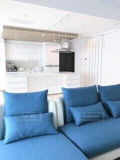 リビングルームのソファーとキッチンの写真・画像素材[4763922]