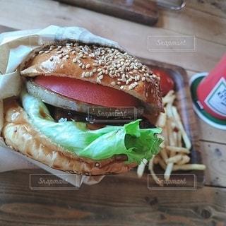 おいしいカフェのハンバーガーの写真・画像素材[3023272]