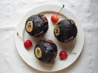 ブラックココアを使用したチョコバナナマフィンの写真・画像素材[3372479]