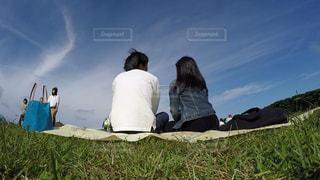 草の中に座っている人々 のグループ - No.812907