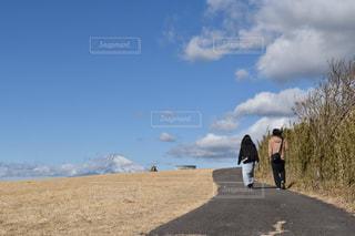 未舗装の道路を歩いて男の写真・画像素材[1027701]