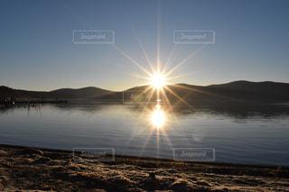 水の体に沈む夕日の写真・画像素材[1027703]