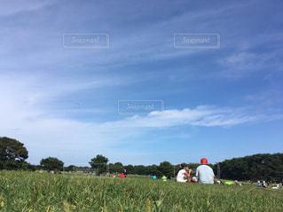 フィールドに凧の飛行の人々 のグループの写真・画像素材[1027705]