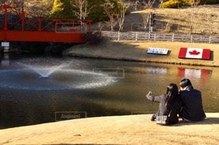 水の体の上を橋を渡る列車 - No.1027706