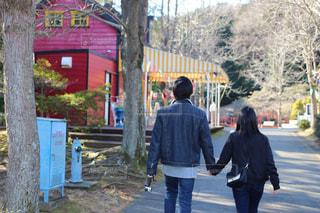 通りを歩く女と男の写真・画像素材[1027708]