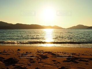 ビーチに沈む夕陽の写真・画像素材[3182279]