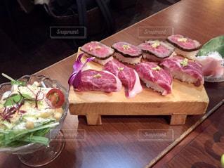 木製のまな板の上の肉寿司の写真・画像素材[3199628]