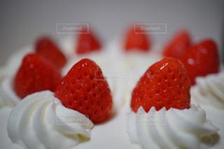 近くに皿の上のケーキのアップ - No.903902