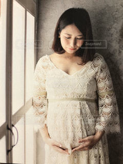 白いドレスを着た女性の写真・画像素材[3179356]